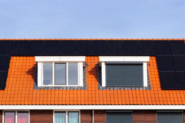 Alles wat je moet weten over het verschil tussen kopen of huren van zonnepanelen