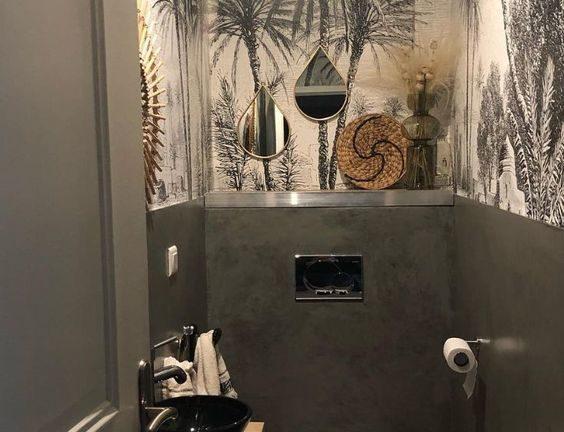 donkergroen toilet idee met groene wanden en behang van palmbomen met witte en gouden accessoires