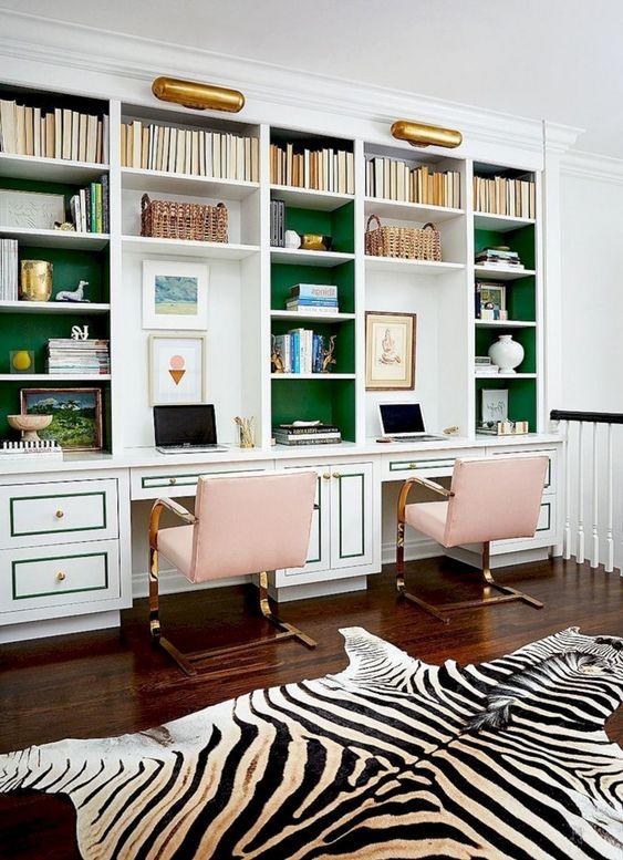 thuiskantoor inrichten met witte kasten met groene accessoires met een zebra huid op de grond