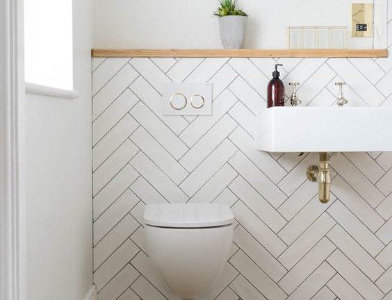 witte toilet idee met witte visgraad tegels tegen de muur