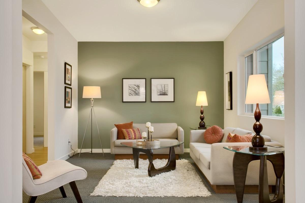 woonkamer met olijfgroene muur